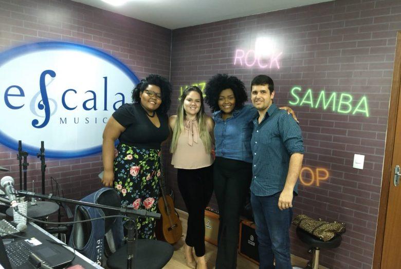 Da esquerda para direita: Adrielly (irmã da Andressa), Natália Oliveira (repórter DFAC), Cléber Barreto e Andressa Hayalla.